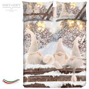 Copripiumino con 3 gnomi natalizio, la parte superiore del sacco e delle federe presenta una stampa di gnomi vestiti di bianco in un bosco innevato con lucine.