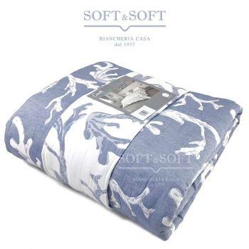 copriletto realizzato con un tessuto jacquard a disegno coralli leggermente imbottito, colori azzurro avio e bianco double-face. Da un lato è a fondo bianco con i corali sui toni dell'azzurro, dall'altro è azzurro con i coralli sul bianco