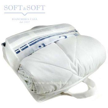 Piumino sintetico da letto, di colore bianco, nella sua busta in tessuto con scritte blu