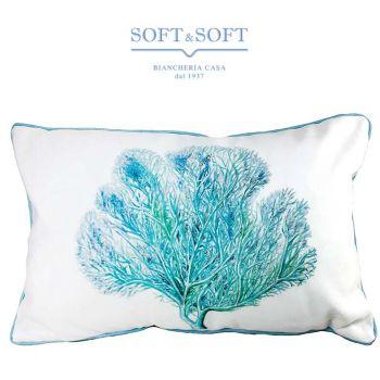 Cuscino rettangolare di tessuto pesante bianco con stampato un corallo a ventaglio che occupa quasi l'intero cuscino, di vari colori che vanno dal turchese al verde acqua. Il cuscino è bordato da una codina di topo di colore azzurro.