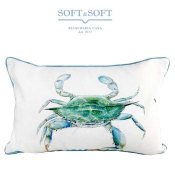 cuscino arredo a forma rettangolare fondo bianco con disegno granchio azzurro rifinito con bordino coda di topo azzurro