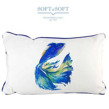 Cuscino rettangolare realizzato con un tessuto bianco pesante, al centro ha la stampa di un grande pese blu con una bellissima coda nei toni del azzurro verde acqua e giallo. Il cuscino  è bordato con una codina di topo blu scuro.