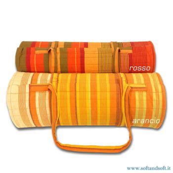 materassino in cotone leggermente imbottito a righe arancione in vari toni di colore, con cuscino cilindrico, attorno al quale è possibile arrotolare il materassino per rendere facile il trasporto