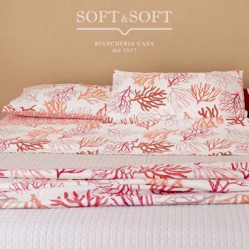 Completo lenzuola con stampa coralli e conchiglie, si può avere in due varianti di colore:  arancio e turchese. Nella versione arancio, il lenzuolo da sotto con gli angoli e le federe sono di colore arancio tinta unita melange il lenzuolo da sopra è bianc