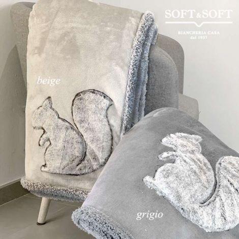 plaid in velluto di pile con applicato scoiattolo in pelliccia colore fondo beige scoiattolo grigio o fondo grigio scoiattolo beige