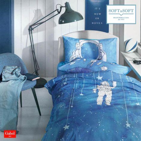 Copripiumino per letto singolo azzurro con stampa astronauta Galaxy, perfetto per la cameretta dei ragazzi.  La stampa della federa e fatta in modo che quando si appoggia la testa sul cuscino, sembra che si indossi il casco da astronauta.