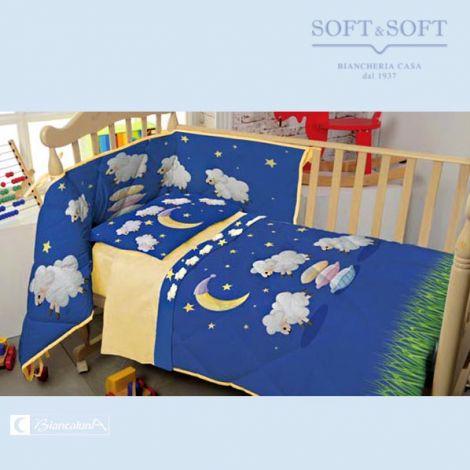 lenzuolino per lettino con le sponde federa a fondo blu con luna stelline e pecorelle lenzuola giallo chiaro con bordo blu con disegni come la federa