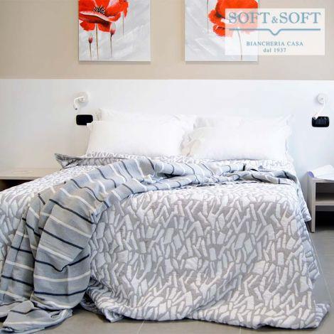 copriletto grigio chiaro e bianco realizzato con un tessuto jacquarde leggermente imbottito double face a disegno geometrico