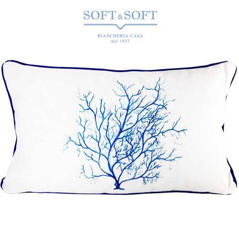 Cuscino arredo a forma rettangolare realizzato con tessuto pesante bianco, al centro presenta la stampa di un corallo blu dai rami sottili, che occupa gran parte del cuscino. Il cuscino è bordato con una codina di topo di colore blu scuro.